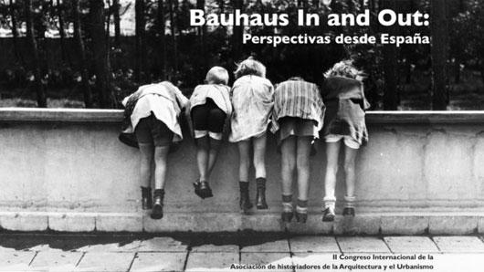 La vida en la Bauhaus Dessau. Los niños y niñas de los maestros de la Bauhaus en el balcón de las viviendas de los maestros, 1927. De izquierda a derecha: Livia Meyer, Jan Scheper, Jaina (Jai) Schlemmer, Claudia Meyer, Karin Schlemmer. Fotografía de Ise Gropius Bauhaus-Archiv Berlin.