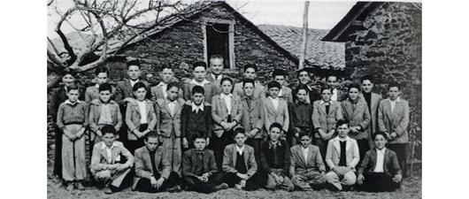 Felipe Rodríguez, maestro de la Escuela Sierra Pambley de Villameca, con una promoción de los años cincuenta.
