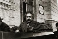 Albert Einstein durante su estancia en Madrid, delante del Museo Nacional de Ciencias Naturales, probablemente camino de la cercana Residencia de Estudiantes, donde pronunció una conferencia sobre la teoría de la relatividad, marzo de 1923. Archivo General de la Administración. Alcalá de Henares, Madrid