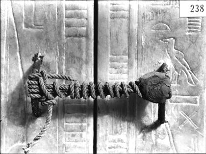 Puerta de acceso a la cámara sepulcral, tumba de Tutankhamon, valle de los Reyes, Egipto, 1922. Fotografía de Harry Burton. Griffith Institute, University of Oxford